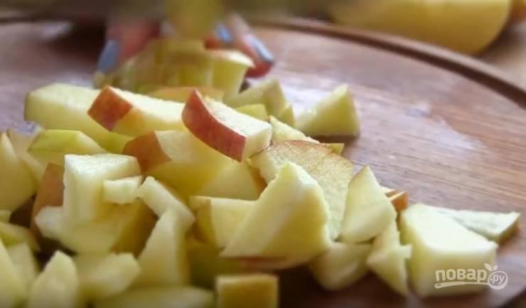 2. У яблок удалите сердцевину и нарежьте небольшими кубиками.