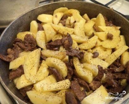 Добавляем соль, черный перец. Можно добавить парочку зубчиков чеснока, зелень, лавровый лист. Перемешиваем, накрываем крышкой и тушим на небольшом огне около 30 минут.