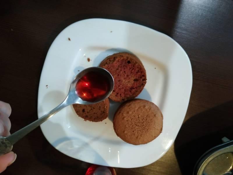 Бисквиты достаньте из духовки, остудите и пропитайте ягодным сиропом.