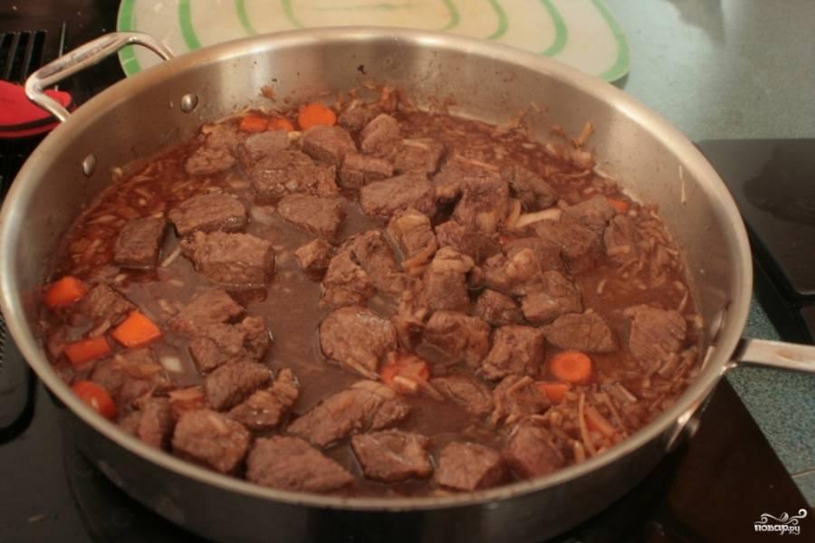 Выложите мясо обжаренное.