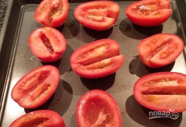 4.Смажьте помидоры оливковым маслом и выложите на противень.