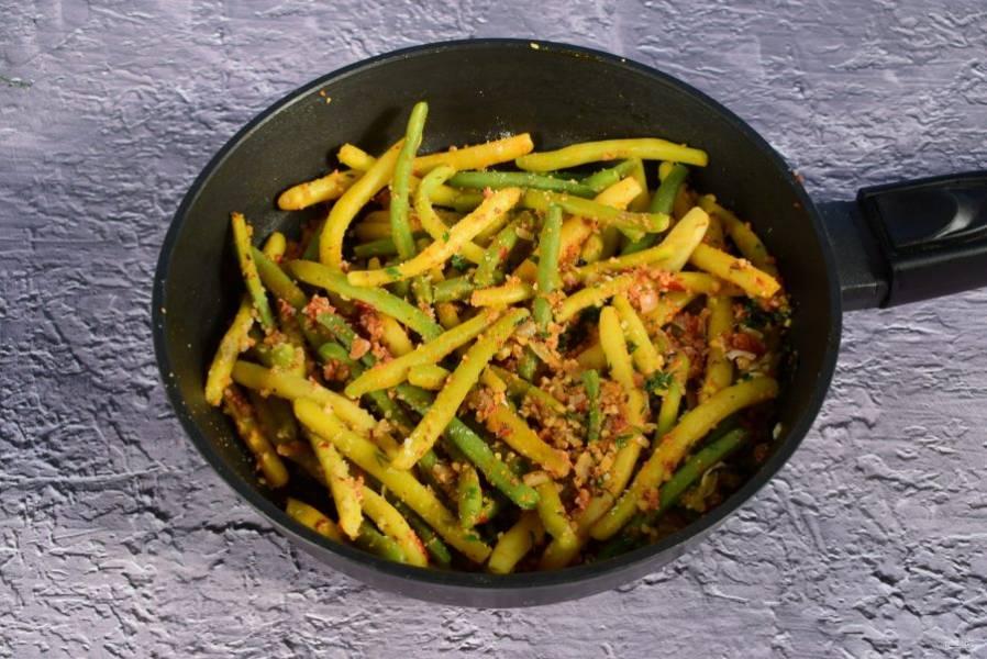 Соедините с фасолью, посолите по вкусу и  перемешайте.