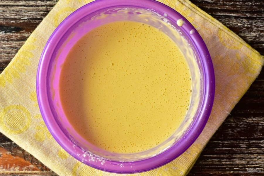 Очень хорошо перемешайте тесто. Добавьте растительное масло и снова все перемешайте.
