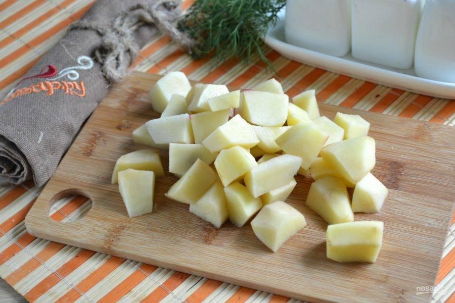 3.Воду в кастрюле доведите до кипения, отправьте вариться свинину и фасоль. Картофель порежьте на небольшие кусочки. Когда мясо и фасоль будут готовы, отправьте к ним картофель и добавьте соль.