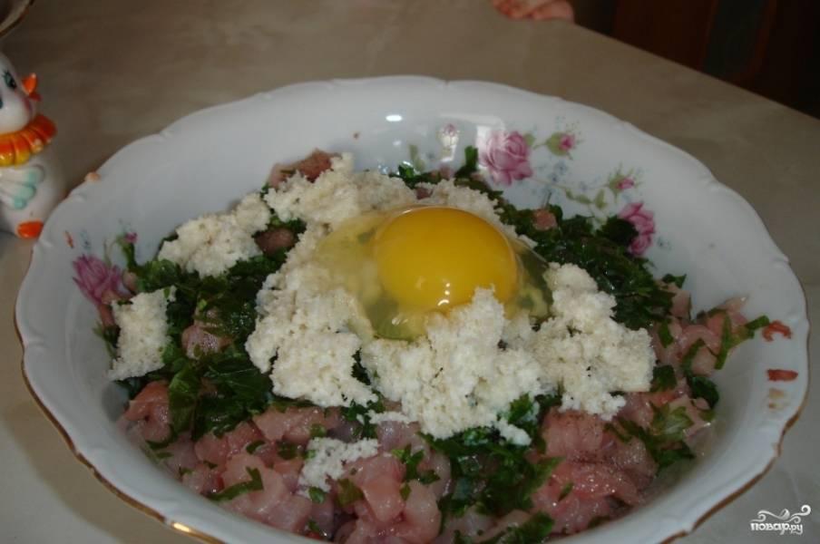 Солим его и перчим. Добавляем яйцо, вымоченный в молоке хлеб и измельченную петрушку.