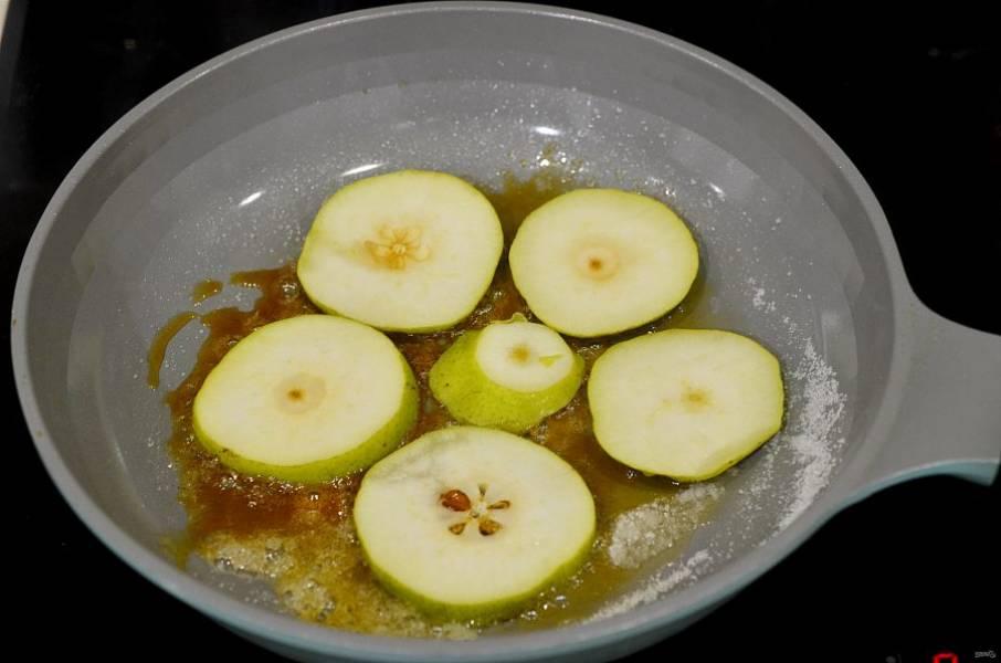 Выложите в карамель кружки груши и потомите 3 минуты, затем переверните.