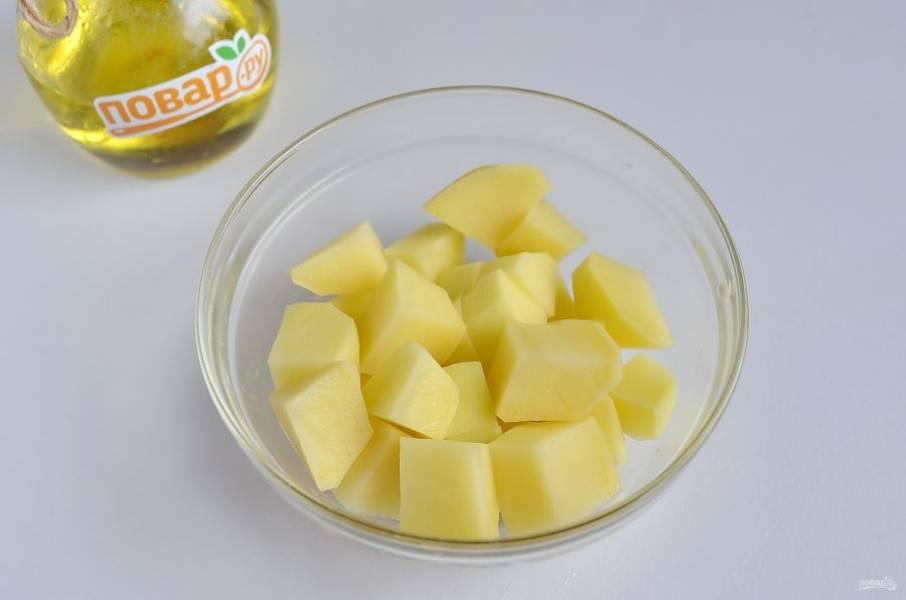5. Картофель порежьте кусочками.