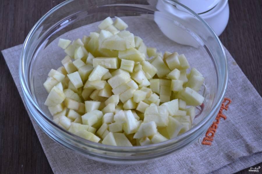 Яблоки очистите и порежьте мелкими кубиками. Чтобы они не потемнели, сбрызните их 1 ч. ложкой лимонного сока.