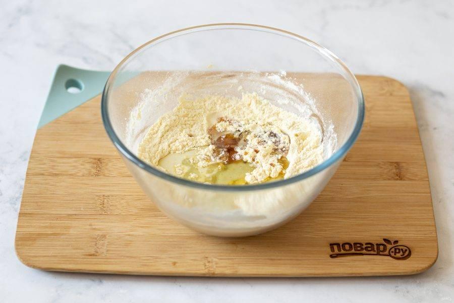 Добавьте сироп топинамбура, молоко и растительное масло. Хорошенько все перемешайте, скатайте тесто в шар. Если оно рассыпается, допустимо добавить еще 1-2 ст.л. жидкости.