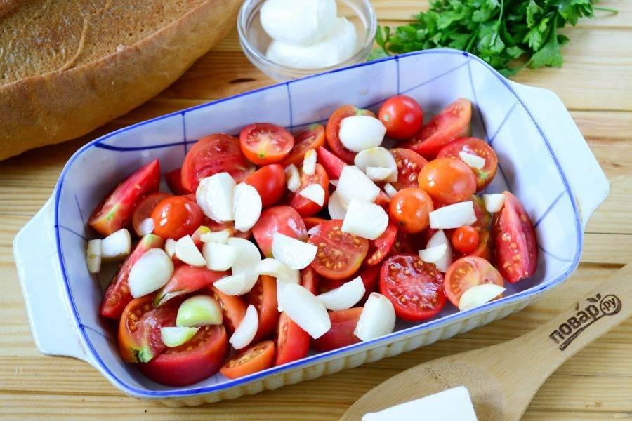 В форму для запекания сложите помидоры (крупные помидоры разрежьте на несколько частей, а мелкие можно использовать, не разрезая), чеснок, разрезанный на несколько частей лук. Туда же добавьте соль, перец, растительное масло и хорошенько перемешайте. Отправьте овощи в духовку и запекайте при температуре 180 градусов 40-45 минут, пока овощи не станут мягкими и слегка обугленными. При этом на дне формы будет достаточно много жидкости, которая выделится из помидоров.