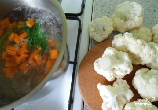 Капусту разобрать на соцветия, отварить морковь и капусту до готовности.