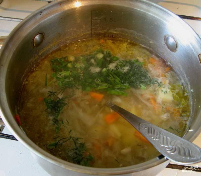 Суп варить еще 10-15 мин и бросить зелень, посолить.