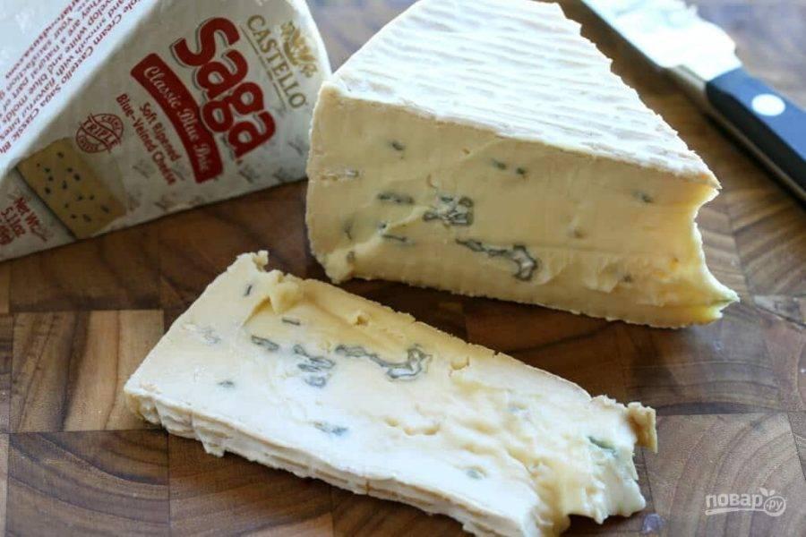 4.Сыр нарежьте пластинками около 2 мм в толщину или больше.