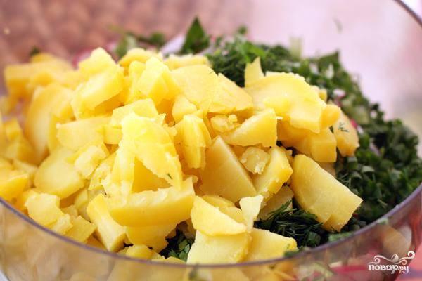 Картофель нарезаем чуть крупнее, чем огурцы. Зелень мелко рубим.