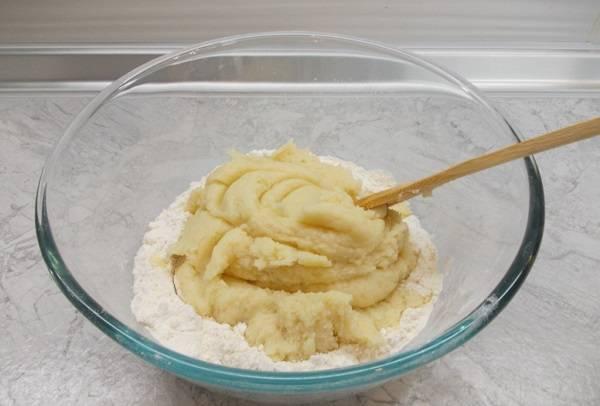 4. В полученную массу добавить оставшуюся муку и сахар, вымесить тесто. Не стоит сильно усердствовать, чтобы пирожки из заварного теста в домашних условиях не были слишком плотными.