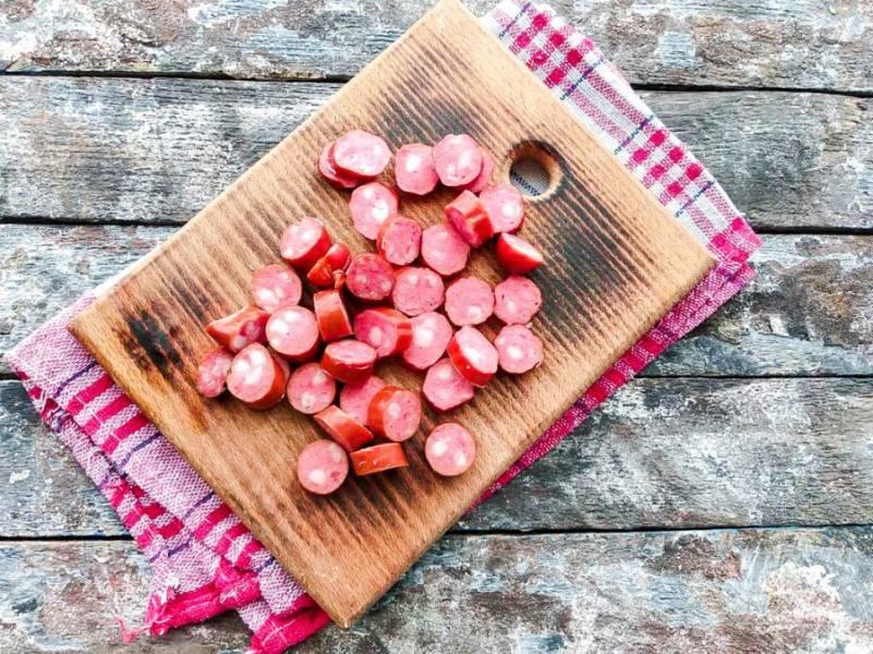 Охотничьи колбаски нарежьте небольшими кружочками.