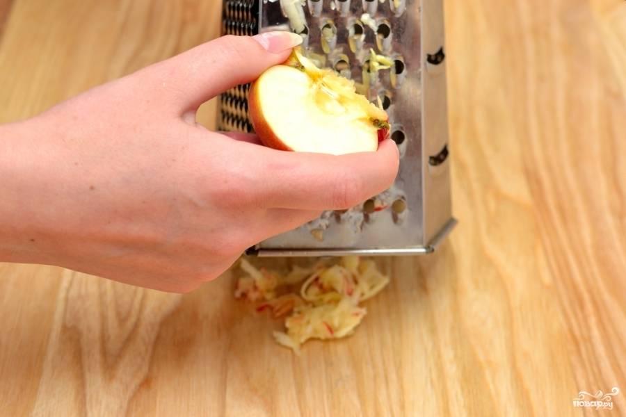Натрите яблоки на крупной тёрке прямо с кожурой.