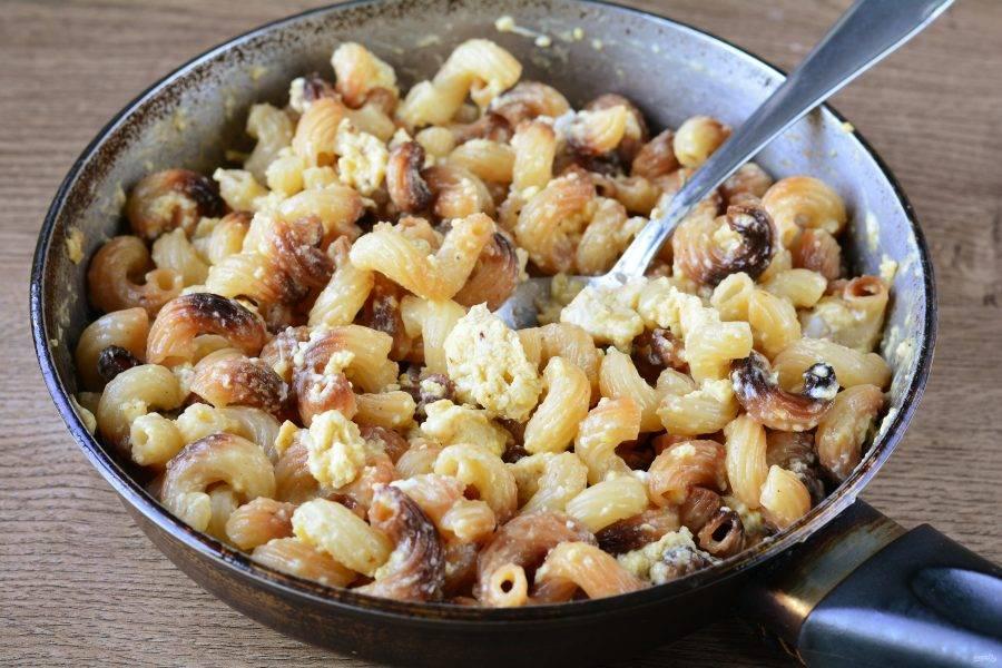 Влейте яичную смесь к макаронам, перемешайте и жарьте пару минут. Блюдо готово.