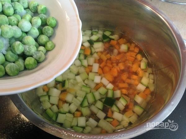 2. Варим морковь и цукини в слегка подсоленной воде 5 минут после закипания. Затем добавим горошек и варим 1-2 минуты. Свежий горошек варите чуть дольше, добавлять его к овощам следует на 3-й минуте кипения.