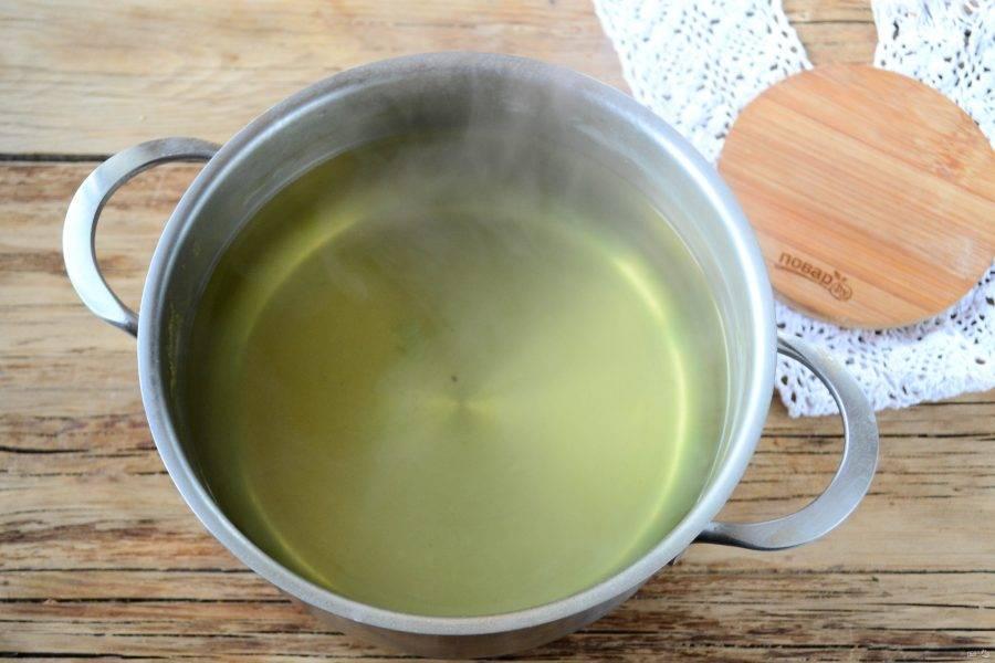 Затем все овощи выньте, а бульон процедите и верните в кастрюлю. Посмотрите, каким красивым у нас получился овощной бульон.