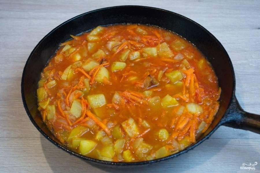 Влейте томатный сок. Тушите все вместе еще 15 минут.