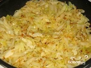 Жарим капусту на сковороде на разогретом подсолнечном масле. Не накрываем крышкой! Нам нужно, чтобы выпарилась лишняя жидкость. В конце жарки посыпаем капусту перцем, перемешиваем и охлаждаем.