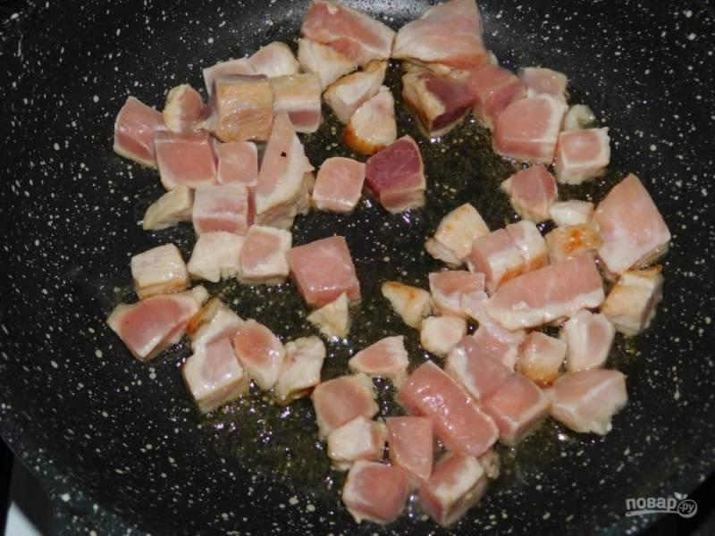 Свинину мелко нарежьте и обжарьте.