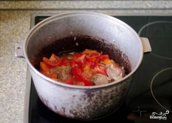 Затем добавляем перец и помидор.