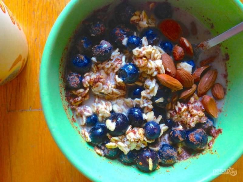 Оставьте десерт на ночь в холодильнике. Перед подачей добавьте орехи. Вкусного завтрака!