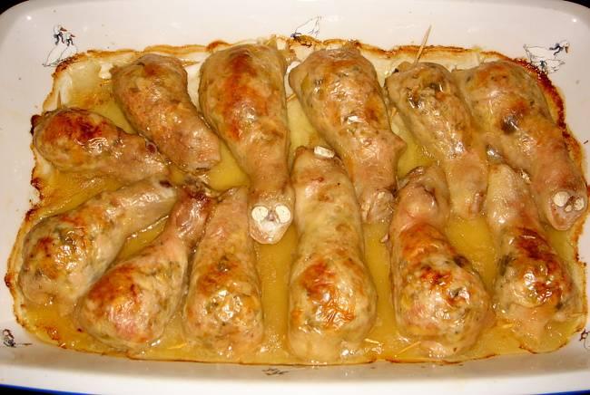 6. Запекаем ножки около получаса при температуре 180 градусов. Подается фаршированная голень курицы с грибами в домашних условиях порционно вместе с гарниром или свежими овощами, а также их можно красиво выложить на большом блюде, надрезав несколько ножек для эстетики.
