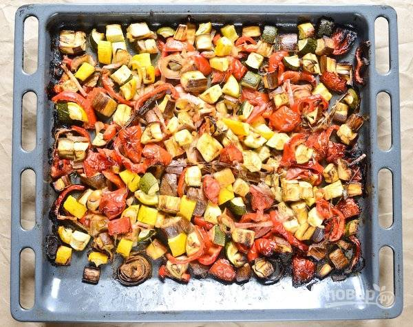 3.Накройте овощи фольгой, отправьте противень в разогретый до 180 градусов духовой шкаф на 40 минут. Затем снимите фольгу и запекайте еще 15-20 минут.