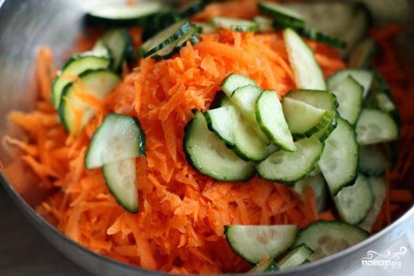 Огурцы нарезаем на тонкие дольки и добавляем к моркови.