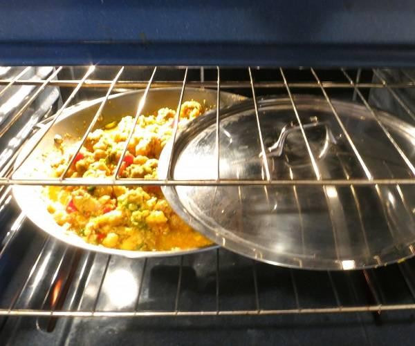 8. До готовности паэлью можно довести не только на плите, но и в духовке. Отправить ее туда на 30-45 минут, пока курица полностью не проготовится, а жидкость вся впитается в рис.