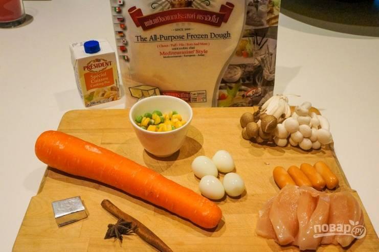 1. Подготовим ингредиенты. Курицу измельчим и обжарим на растительном масле. Специи к ней добавим по вкусу. Тесто разморозим, овощи очистим и помоем, яйца отварим.