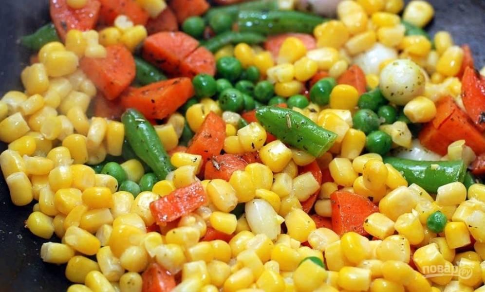 5.С консервированной кукурузы сливаю воду и отправляю содержимое банки в сковороду к остальным овощам, перемешиваю и готовлю 3-5 минут.