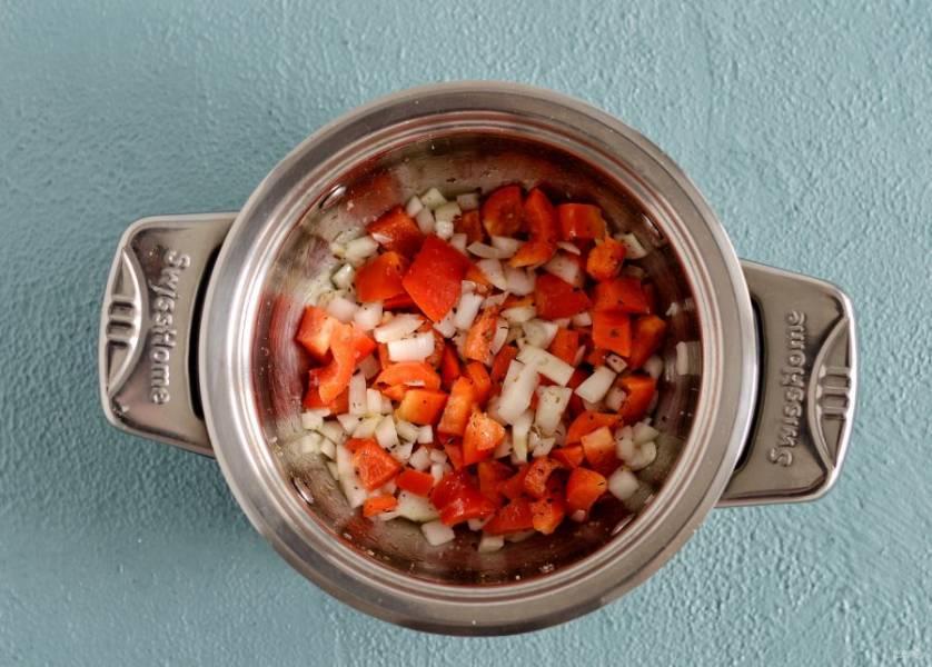 Нарежьте лук и болгарский перец на кубики. Обжарьте овощи вместе с итальянскими травами на среднем огне.