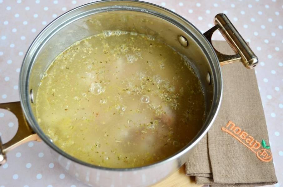 Залейте горячим куриным бульоном и варите 20 минут.