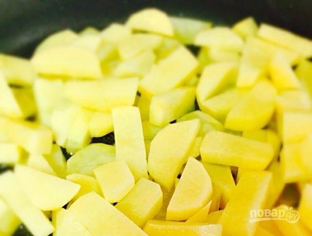 2.Разогрейте сковороду с растительным маслом, затем выложите картофель, обжаривайте его, регулярно помешивая.