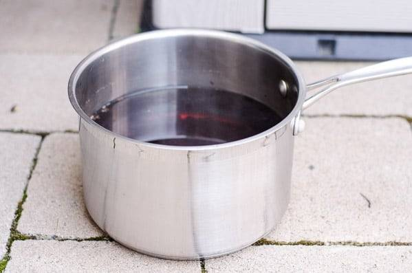 1. Доведите воду до кипения, снимите с огня и выложите чай. Заварите и остудите.