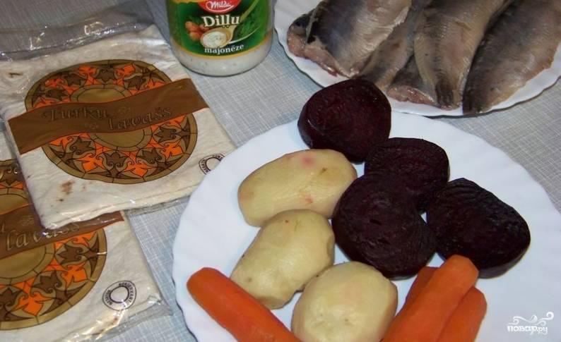 Для начала нужно отварить в мундирах свеклу, картофель и морковь. Даем овощам остыть, очищаем их от кожуры.