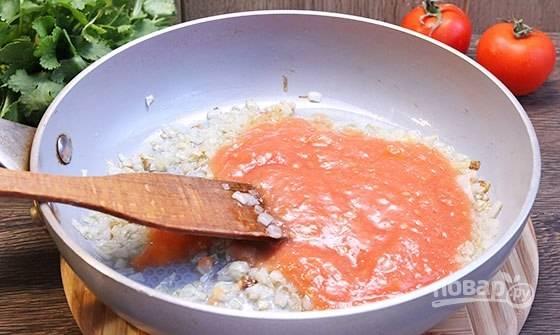 Перетрите помидоры в пюре. Добавьте их в сковороду. Тушите овощи под крышкой на слабом огне 3-5 минут.
