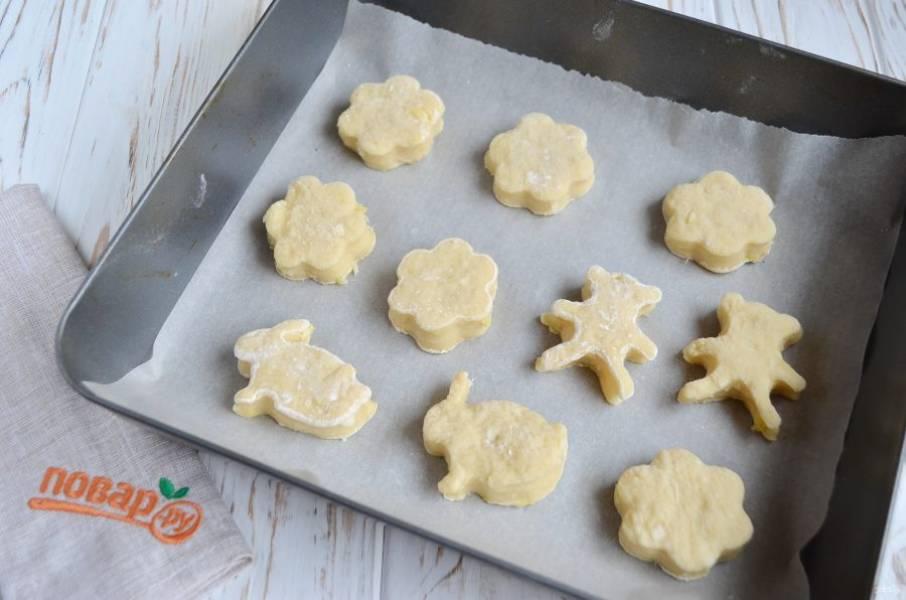 7. Теперь сформируйте пряники. Это можно сделать разными способами: раскатать тесто не менее 1 см, вырезать вырубкой для печенья; можно сформировать просто шарики и выпекать; можно на шарики нанести рисунок.