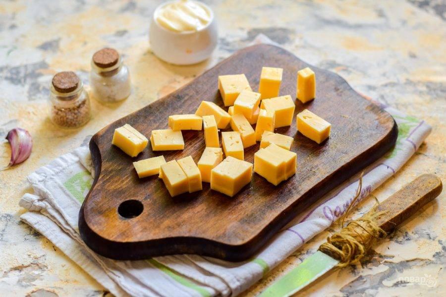 Твердый сыр нарежьте небольшими кубиками или полосками.