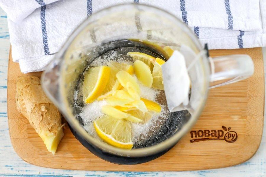 Очистите часть корня имбиря и нарежьте его слайсами или натрите на терке с мелкими ячейками. Много такого ингредиента добавлять не нужно, чтобы напиток не получился слишком горьким. Добавьте имбирную нарезку в емкость. Выложите чайный пакетик.