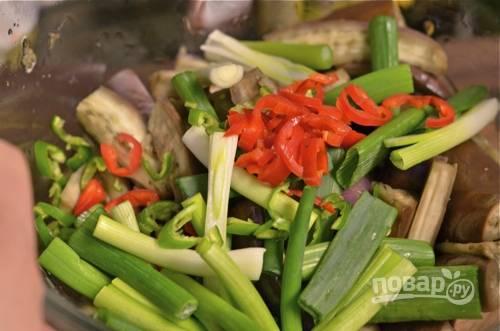7. Выложите баклажаны в глубокую мисочку, добавьте к ним перец с луком.