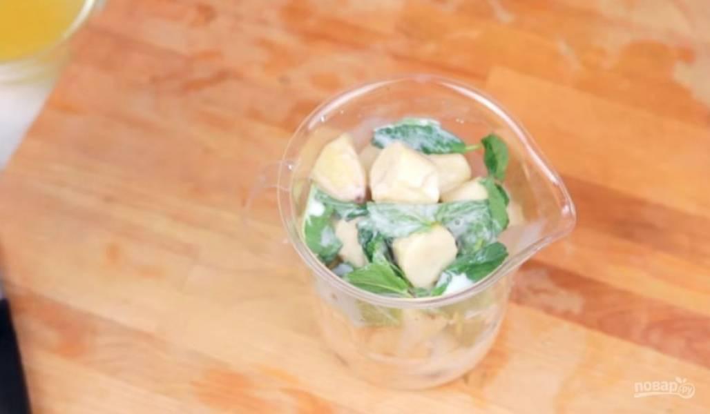 2. Туда же добавьте молоко, листья свежей мяты и хорошо все перемешайте блендером. По необходимости добавьте мед или кленовый сироп.