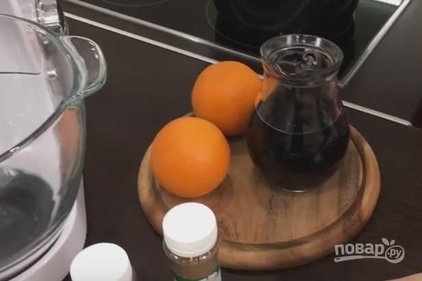 1. Для приготовления глинтвейна понадобится апельсиновая цедра. Заменить ее можно мандариновой.