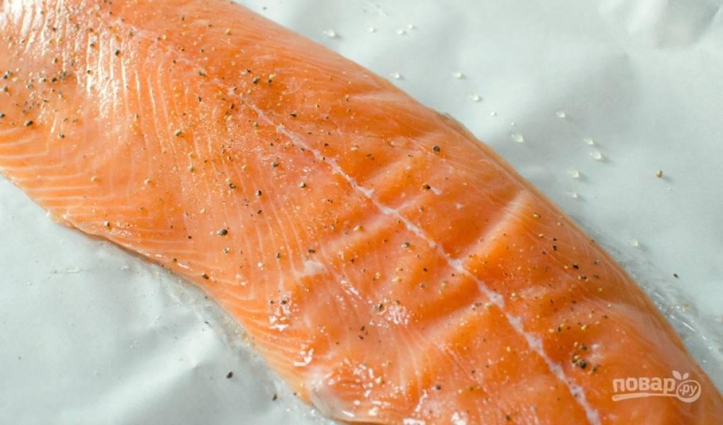 1. Духовку разогрейте до 200 градусов. Филе смажьте половиной чеснока, солью и перцем. Отправьте запекаться рыбу на 13 минут.