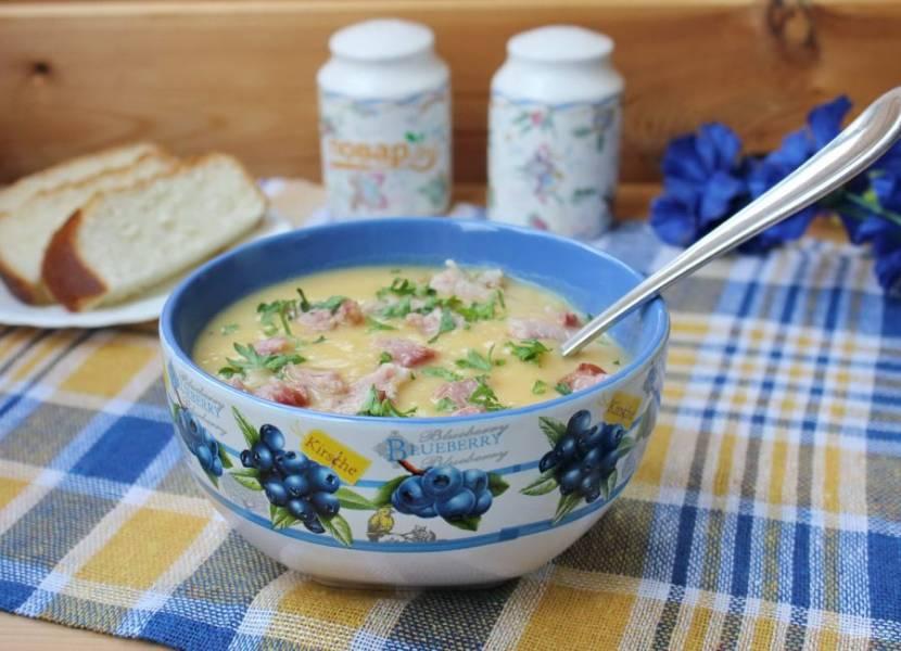 Готовый суп взбейте блендером, налейте в тарелку и добавьте нарезанное мясо копченых ребрышек.