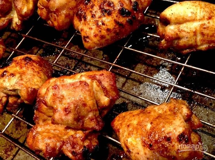 8.Выложите мясо на решетку для запекания и отправьте в духовку, запекайте до готовности, переворачивая мясо.